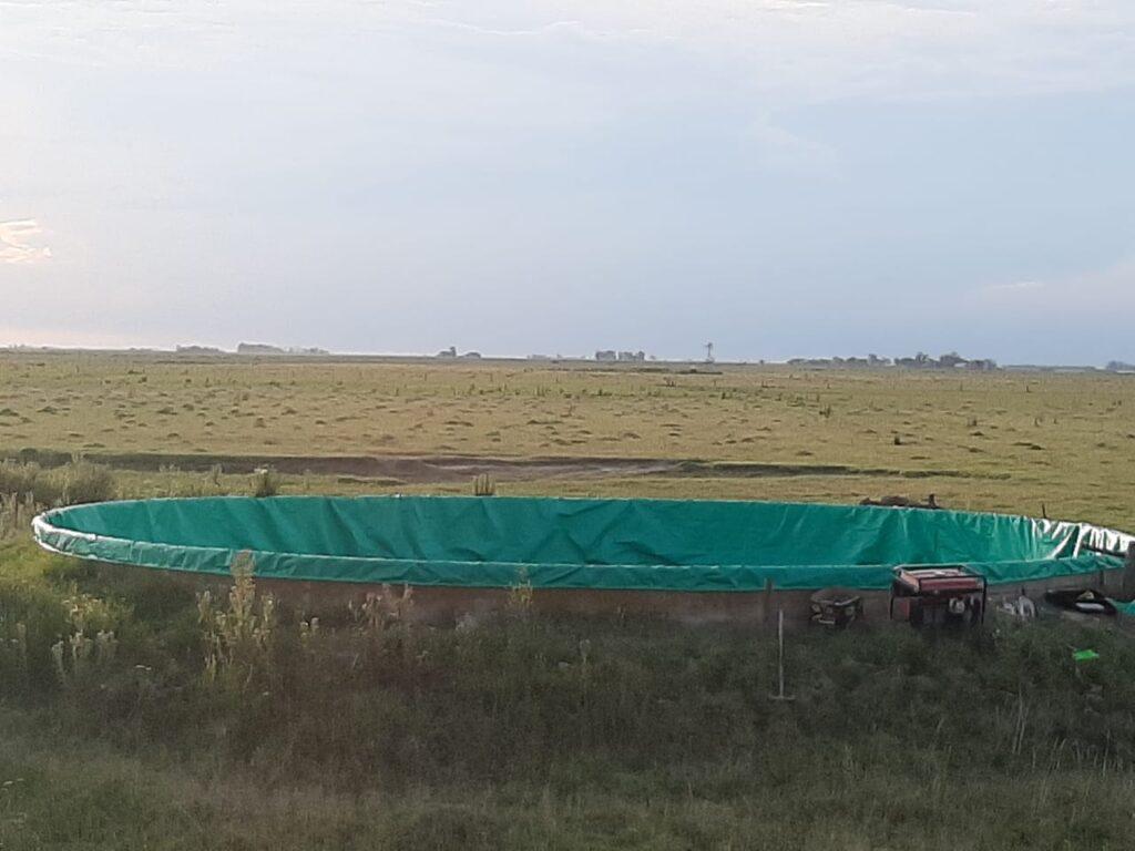 tanque australiano recubierto con una funda de lona verde