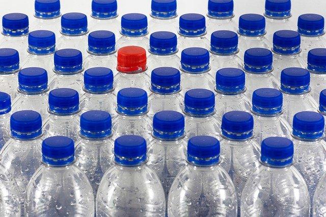 botella de agua de plastico con tapa azul