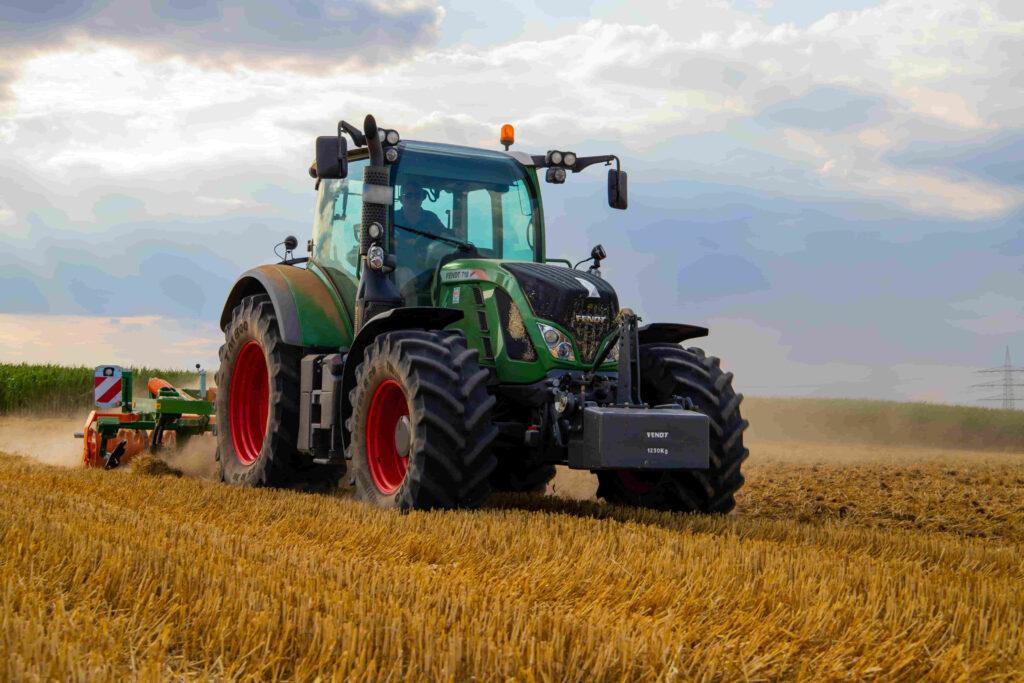 tractor agricultor en campo de córdoba cosechando maiz