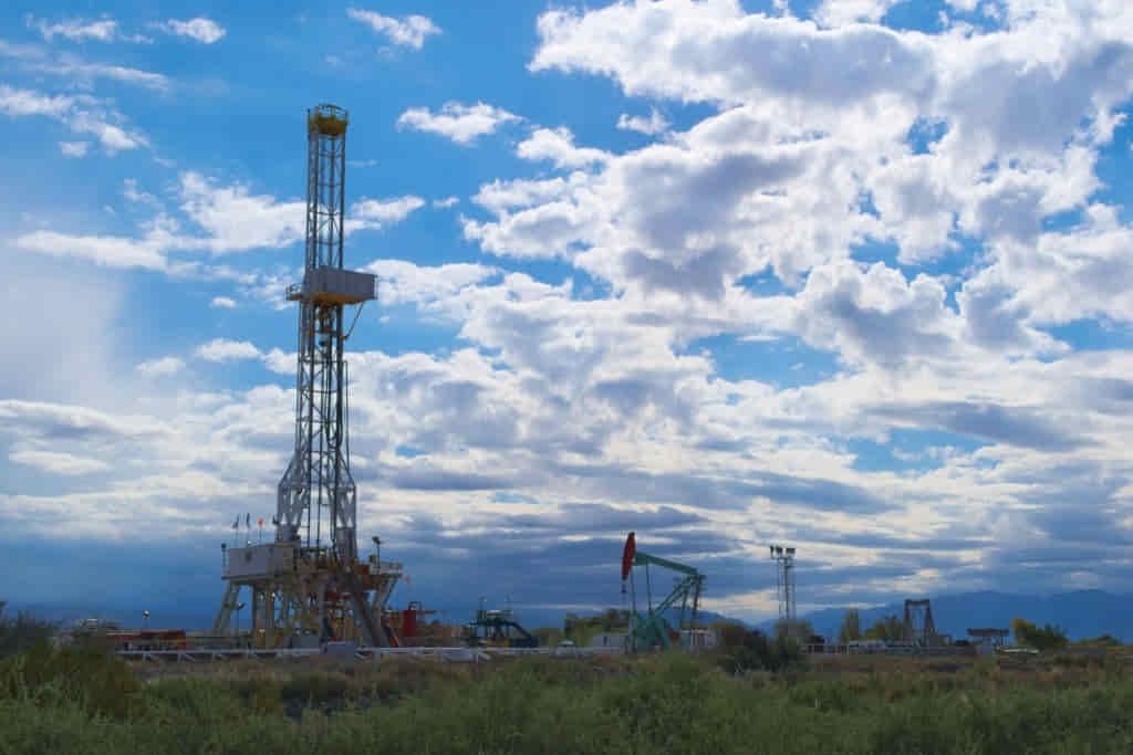 campo de extracción de petróleo en la republica argentina